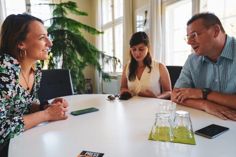 Autorka tekstu rozmawia z burmistrzem Frankiem Krachtem. Fot. Agata Skrzypczyk