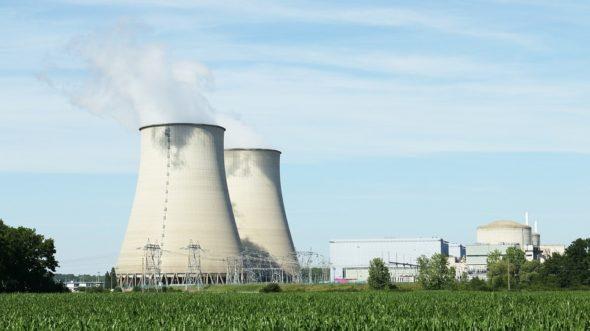 nuclear-396435_960_720-590×2000