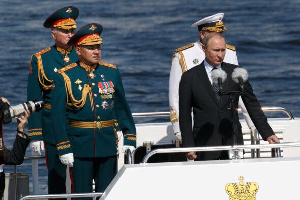 W.Putin-podczas-morskiej-parady-z-okazji-Dnia-MW-Rosji-fot-590×2000